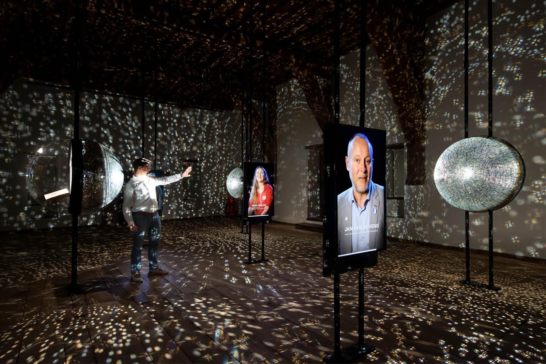 zaal 3 spiegelbollen vitrines universum