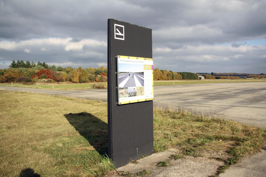 Vliegbasis Soesterberg - Entreepoorten en informatiepanelen